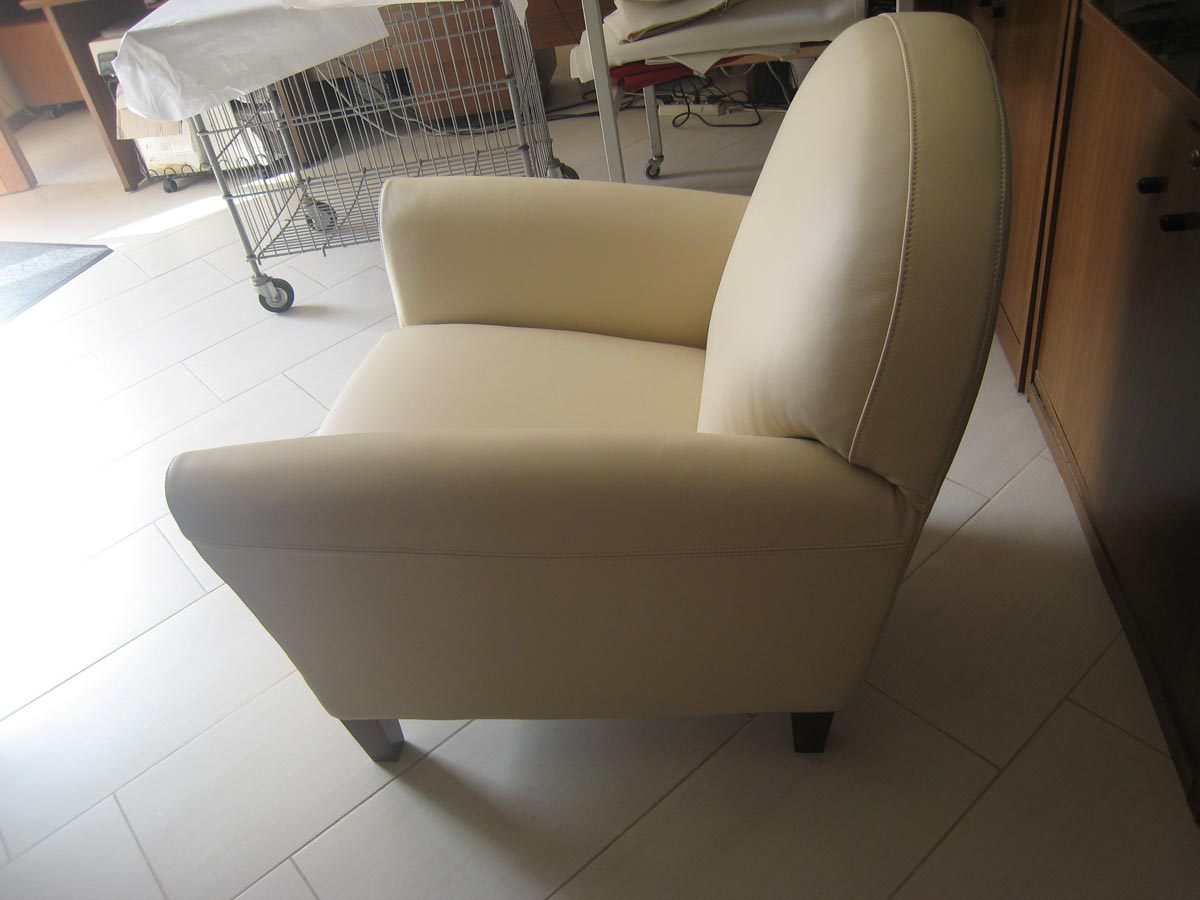 Poltrona in pelle sedie e divani ppi group for Divani rossi in pelle